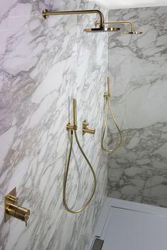 MB | Badkamer | Marmer | Douches | Goud Bathroom Design Luxury, Modern Bathroom Design, Michael In The Bathroom, White Bathroom Cabinets, Olive Garden, Guest Bathrooms, Diy Bathroom Decor, Bathroom Ideas, Bathroom Pictures