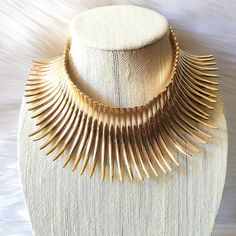 Enjoy this collar length gold necklace. With curved Spike detailing.