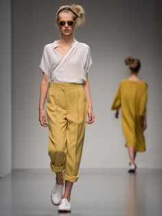Styling-Regel Nummer 1: Gelb, als absolute Trendfarbe, plus Weiß, der anderen Musthave-Farbe 2015, gleich locker-leichtes Sommer-Outfit in sanften Pastellfarben!