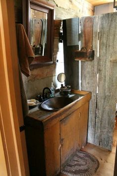 country primitive home tour Country House Interior, Cheap Bedroom Decor, Primitive Country Bathrooms, Primitive Bathrooms, Primitive Wallpaper, Country Decor, Primitive Bathroom, Primitive Bedroom, Bathroom