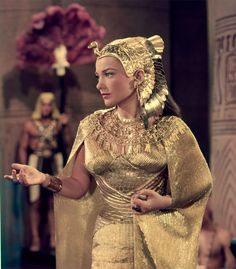 Anne Baxter in The Ten Commandments The costume design was in charge of Edith Head, Dorothy Jeakins, Arnold Friberg and Ralph Jester. Golden Age Of Hollywood, Hollywood Stars, Classic Hollywood, Old Hollywood, Elizabeth Taylor, Anne Baxter, Costume Hollywood, Robes Glamour, Peplum