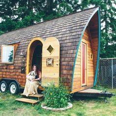 tiny house on wheels plans form curved walls, the dominant brown wood with two doors and a window, a very interesting and artistic. Me Amore♥ Tiny House Swoon, Best Tiny House, Tiny House Living, Tiny House Plans, Tiny House Design, Tiny House On Wheels, Small Living, Gypsy Living, Micro House