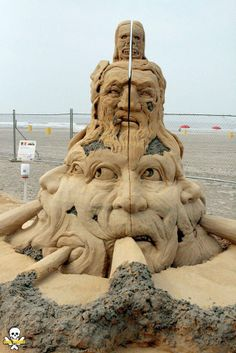 Carl Jara - Ce sculpteur de sable connu sous le nom de Grain Damaged, s'amuse à faire des châteaux de sable. Mais pas n'importe lesquels ... Des sculptures Géantes qui lui ont valu pas moins de 9 médailles d'or aux championnats du monde !