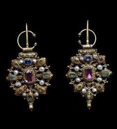 Morocco | Fibula; gold, rubies, emeralds and baroque pearls | Probably 18th century | Tetouan/Tangier