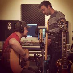 Bruno et Maxime travaillent sur des maquettes pour le deuxième album de Maxime !