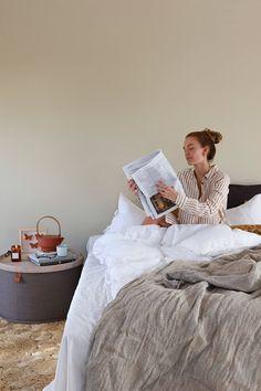 Å innta frokosten i sengen, kan være den reneste luksus. Nyt en stille stund, der du kan kose deg med en avis eller bok, og en kopp te. Wonderwall, Chevron, Nordstrom, Colours, Photo And Video, Lady, Painting, Instagram, Wallpaper