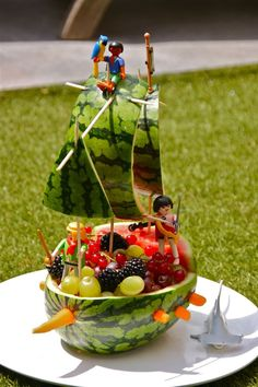 16 Most Creative Watermelon Fruit Salads - Pretty My Party - Party Ideas Fruit Decorations, Food Decoration, Watermelon Fruit Salad, Watermelon Carving, Deco Fruit, Fruit Creations, Food Carving, Snacks Für Party, Food Crafts