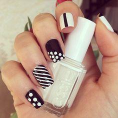 Coucou les chéries!  Aujourd'hui on habille nos ongles de noir et blanc. Toujours tendances, ces 2 couleurs indémodables s'adaptent à toutes les occasions.  Voici donc 10 exemples de tutoriels pour une manucure black & white!     Façon preppy   Cette adorable …