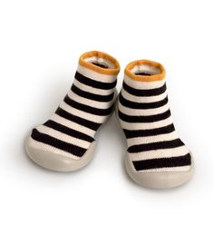 Chaussons chaussettes Collégien à rayures jaunes et noires avec un liseré jaune. Doux et confortables.