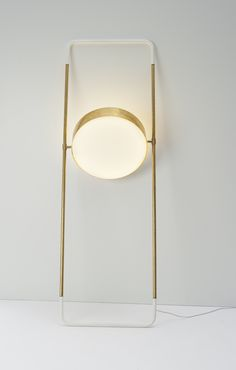 Lampada da parete circolare e girevole, ottone e bianco. Swivelling round wall lamp, brass and white. Interior Lighting, Modern Lighting, Lighting Design, Industrial Lighting, Bedroom Lighting, Deco Luminaire, Luminaire Design, Blitz Design, Blue Table Lamp