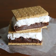 Make frozen s'mores for the perfect summer treat! Chocolate pudding and marshmallow are sandwiched in graham crackers and frozen in this easy recipe. (chocolate icing for cake graham crackers) Pudding Desserts, Cold Desserts, Frozen Desserts, Frozen Treats, No Bake Desserts, Just Desserts, Dessert Recipes, Easy Summer Desserts, Awesome Desserts