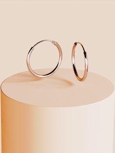 Cercei Manissi Simple Hoop M din argint pur 925 placati cu aur alb de 18k. Cerceii au diametrul de 14mm sau16mm. Produsul se livreaza in cutie cadou impreuna cu certificatul de garantie. Aur, Wall Lights, Appliques, Wall Lighting