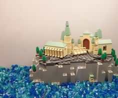 I once tried to build a microscale LEGO version of Hogwarts School of Witchcraft and Wizardry, but never got very far. Bart Willen has certainly been more successful, with a LEGO rendition full of spires and columns atop a cliff. Via MicroBricks. Harry Potter Stories, Lego Harry Potter, Cool Lego, Awesome Lego, Lego Hogwarts, Micro Lego, Lego Castle, Fantasy Castle, Lego Worlds