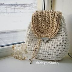 Discover thousands of images about crochelinhasagulhas: Bolsas em crochê na net III Crochet Backpack, Bag Crochet, Crochet Clutch, Crochet Diy, Crochet Handbags, Crochet Purses, Love Crochet, Crochet Crafts, Crochet Projects