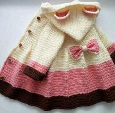 Crochet Baby Girl Easy Crochet Coat - Free Pattern - Easy Crochet Coat This beautiful coat is very easy to make. It is entirely worked in double crochet. Crochet Girls, Crochet Baby Clothes, Crochet For Kids, Easy Crochet, Crochet Toddler Sweater, Knit Baby Sweaters, Double Crochet, Knitting For Kids, Baby Knitting Patterns