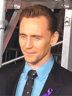 Tom Hiddleston at the Premiere Of Kong Skull Island at Dolby Theatre in Hollywood (March 2017). Gif-set: http://maryxglz.tumblr.com/post/161960908547/tom-hiddleston-at-the-premiere-of-kong-skull