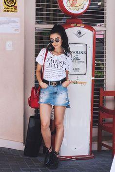 Como ser cool com blusa podrinha. T-shirt branca destroyed com estampa, cinto gucci, saia jeans desfiada, oxfort preto plataforma