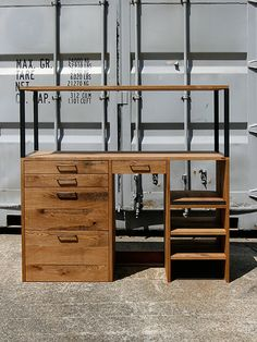 スライド棚や可動棚のある機能的なキッチンシェルフです。引き出しや棚上面は、プレートアイアン厚みの段差がでないよう、フラット設計。引き出しは、・・・