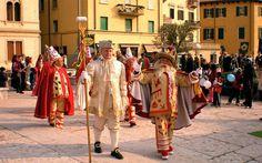 کارناول ورونا ایتالیا  ورونا یکی از بهترین شهرهای اروپایی برای تجربه یک سفر متفاوت است. یکی از جاذبههای این شهر برای تجربه یک شور و هیجان کاناوال ورونا است. کارناوال ورونا یک سنت دیرینه در کشور ایتالیا است و قدمت آن به سال 1531 بازمیگردد. برای آشنایی بیشتر با این شهر اروپایی و کارناوال آن این مقاله را تا آخر بخوانید.