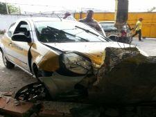 Aluna perde controle de carro e bate em mureta do Detran +http://brml.co/1H5PARH