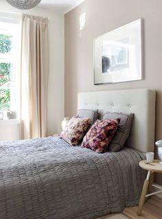 Lunt og behagelig soverom. Fargen på veggen er Marrakesh - 1623 Jotun/NCS 3606-129R.Sengegavelen og gardinene er fra Ikea. Nattbordet og kaninlampen fra Bolina. Sengeteppet i silke og batikkputene er fra Anouska.