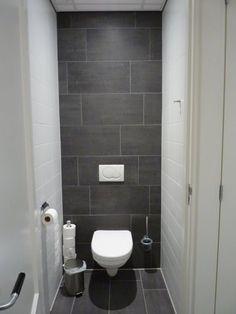 Achterwand tot boven betegeld met de donkere vloertegels 30x60 (tegels) Tegelhuys