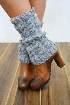 Receita de Tricô: Polaina com tranças em trico Crochet Tote, Crochet Mittens, Crochet Gloves, Crochet Slippers, Crochet Shawl, Hooded Scarf Pattern, Crochet Baby Cocoon, Knit Shoes, Boot Cuffs