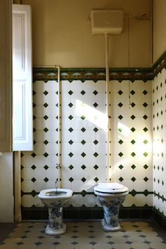 Bathrooms date quickly and can be expensive to replace that is why vintage bathroom ideas are style and budget-friendly for a timeless look. Bathroom Pictures, Small Bathroom, Bathrooms Remodel, Timeless Decor, Bathroom Design Small, Modern Kitchen Design, Vintage Bathrooms, Concrete Bathroom, Living Room Grey