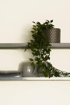 Sans FR1060, fargen er rolig og nøytral, den gir en god og lun atmosfære. Kan lett kombineres med mørkere nyanser til fargen,da får den straks et mer levende uttrykk. #hvit#white#kjøkken#krukker#plante#grå#kopper#stue#livingroom#inspirasjon#inspiration#maling#painting#Fargerike Ikea, Shelves, Plants, Home Decor, Shelving, Decoration Home, Ikea Co, Room Decor, Shelving Units