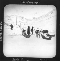 """DigitaltMuseum - Doktorskyss over fjellene mellom Bugøynes og Bugøyfjord, Sør-Varangervidda, Finnmark. Transporten ledes av en """"vappus"""", samisk fører, i samtale med same på ski. Motivet har nr.13 i lysbildeforedraget kalt """"I lappernes land - Sør-Varanger"""", utgitt i Nerliens Lysbilledserier, serie nr 113."""