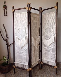 Biombo de madeira: 70 modelos atemporais para você se inspirar Free Macrame Patterns, Macrame Wall Hanging Patterns, Macrame Art, Macrame Design, Macrame Projects, Diy Bedroom Decor, Diy Home Decor, Macrame Curtain, Deco Boheme