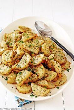 Italian Roasted Garlic & Parmesan Potatoes - it's whats for dinner! Garlic Parmesan Potatoes, Roasted Garlic, Roasted Potatoes, Potato Dishes, Potato Recipes, Vegetarian Recipes, Cooking Recipes, Healthy Recipes, Cuisine Diverse