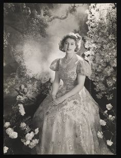 HM Queen Elizabeth II as a young woman, beautiful! I love the black and White colours for Queen Elizabeth II. Princesa Elizabeth, Young Queen Elizabeth, Die Queen, Queen Liz, Cecil Beaton, Isabel Ii, Her Majesty The Queen, English Royalty, Queen Of England