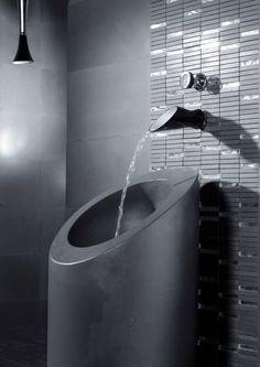 Grifería de baño / Grifo baño: Blanco y Negro en el #baño. Grifería tipo cascada muy original. #Grifería #baño #decoración #baños