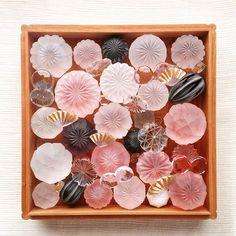 mai yamamotoさんはInstagramを利用しています:「本日も在廊しております🌷 初の名古屋個展でドキドキしてましたが、昨日はお客様ともお話しが出来て一安心。ありがとうございました! お昼で抜ける時もありますが、今日もお待ちしております😊 ・・・ 作品の磨き後と前。 今日のモーニング🌞 ・・・ 山本真衣…」 Glass Ceramic, Ceramic Art, Japan Crafts, Bead Embroidery Jewelry, Handmade Beads, Japanese Art, Amazing Art, Glass Art, Arts And Crafts