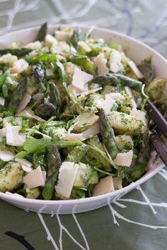 Parsa-perunasalaatti taivaallisella salsa verde -kastikkeella kruunasi perheemme juhlapöydän vappuna. Lämmin broccolinisalaatti on myös todella hyvää, mutta juhlapöydän suosikiksi nousi kuitenkin keväisen vihreä parsa-perunasalaatti. Keitin parsat äitini kaapeista löytyneellä parsakattilalla, joka osoittautui todella käteväksi. Halutessasi voit...