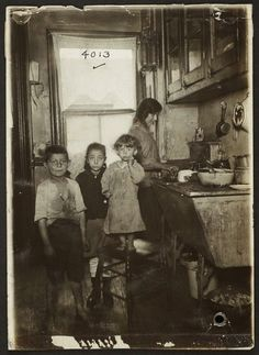 50328d-Tenement+Life+on+the+Lower+East+Side,+New+York,+1915.jpg (621×850)