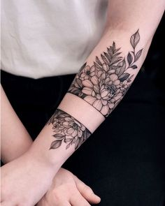 We are feeling the spring vibes with this romantic floral tattoo by Dope Tattoos, Pretty Tattoos, Mini Tattoos, Beautiful Tattoos, Body Art Tattoos, Small Tattoos, Tatoos, Tattoo Po, Tattoo Main