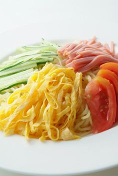 """Japan's Summer Noodle """"Hiyashi Chuka"""", Chilled ramen noodle with vinegared sauce topped sliced ham, egg, tomato and cucumber.