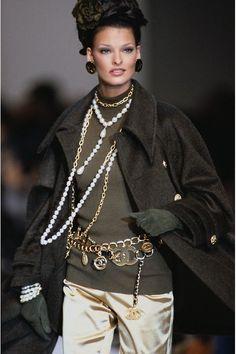 Linda Evangelista au défilé Chanel automne-hiver 1992-1993, colliers perles et pull kaki