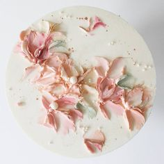 Love this Rose gold accent on buttercream flower petals🌸 . Shared by Carla Gorgeous Cakes, Pretty Cakes, Cute Cakes, Amazing Cakes, Soul Cake, Buttercream Flowers, Buttercream Frosting, Painted Cakes, Cake Decorating Techniques