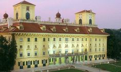 Esterházy Palace in Eisenstadt is one of the most beautiful baroque palaces in Austria and presents a fascinating view of the resplendent li. Central Europe, Dream Vacations, Taj Mahal, House Styles, Building, Country Houses, Vienna Austria, Travel, Christmas 2014