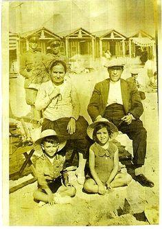 """""""Ésta es una foto que preside un lugar especial en mi casa. Son mis abuelos Casimiro e Inocencia y mi madre Ignacia y mi tio Joaquín en una playa de Málaga y lo que más me fascina es la pose que tienen detrás los policías chupando cámara y los chiringuitos del fondo. La foto data de 1930""""."""