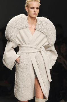 Sculptural Fashion - 3D shapes & volume - knitwear design with exaggerated round shoulders & chunky texturing // Mark Fast