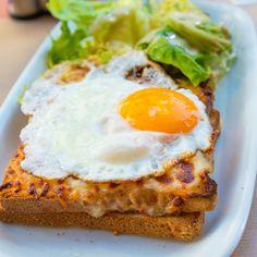 Dupa deliciosul Croque Monsieur, ti-am pregatit un alt sandvis, similar, dar cu un detaliu ce face diferenta: Croque Madame. Avocado Toast, Eggs, Breakfast, Drinks, Croque Monsieur, Morning Coffee, Drinking, Beverages, Egg