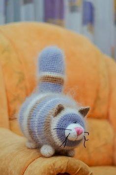 Таких толстых котиков вяжу уже 2 раз , но поскольку пряжа немного другая , коты получились более колоритными. Первое время Даша пыталась их... Crochet Cat Pattern, Crochet Animal Patterns, Stuffed Animal Patterns, Baby Knitting Patterns, Crochet Animal Amigurumi, Knitted Animals, Crochet Dolls, Kawaii Crochet, Cute Crochet