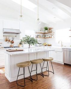 If we were invited to a Sunday brunch in this newly renovated kitchen, we wouldn't mind AT ALL. (Ahem, we'll be waiting by our mailbox for the invitation.  ) Love @100_LayerCake's space? Let us know in the comments below. | Photo: @SarahShermanSamuel