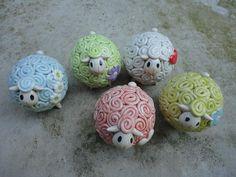 Niedliche Keramik Schafe in verschiedenen Farben mit witzigen Details wie Mütze oder Blume oder Herz... Ca. Maße: 1,5 Zoll (4cm) Der angegebene Preis ist für ein Stück. Vielen Dank, dass du vorbeigeschaut hast