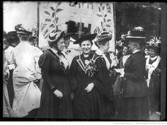 [Manifestation féministe à Londres le 13 juin 1908, devant la bannière de Bath, Frances Balfour et Millicent Fawcett] : Feminist meeting in London 1908 [photographie de presse] / [Agence Rol]