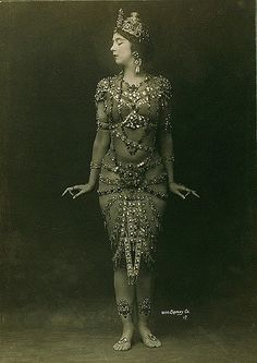 Ruth St Denis in Radha by Otto Sarony Vintage Gypsy, Vintage Beauty, Vintage Fashion, Tribal Fusion, Vintage Photographs, Vintage Photos, Belle Epoque, Day Of Dead, Danza Tribal